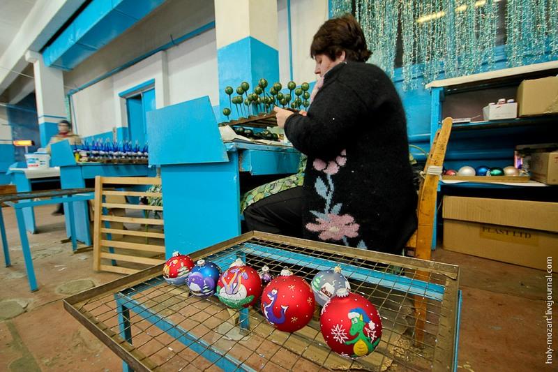 Каждая игрушка разукрашивается вручную, поэтому одинаковых ёлочных украшений в принципе нет. Фото: holy-mozart.livejournal.com