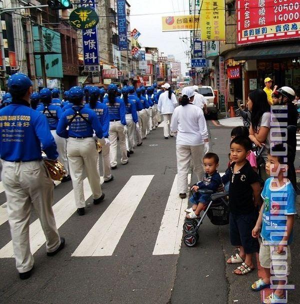 Святковий хід у тайванському місті Чжудун, присвячений «Усесвітньому Дню Фалунь Дафа» (13 травня). Фото: Цзян Юйю/ The Epoch Times