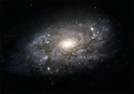 5 серпня 2004 р. «Хаббл» зробив знімок галактики, подібної до Чумацького шляху. Фото: NASA, ESA and The Hubble Heritage Team (STScI/AURA)