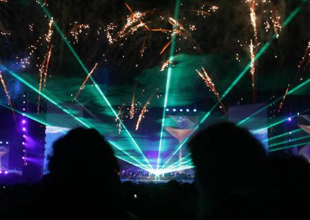 Під час концерту піонера електронної музики Жан-Мішеля Жарра глядачі спостерігають феєрверк. Фото: ABDELHAK SENNA/AFP/Getty Images
