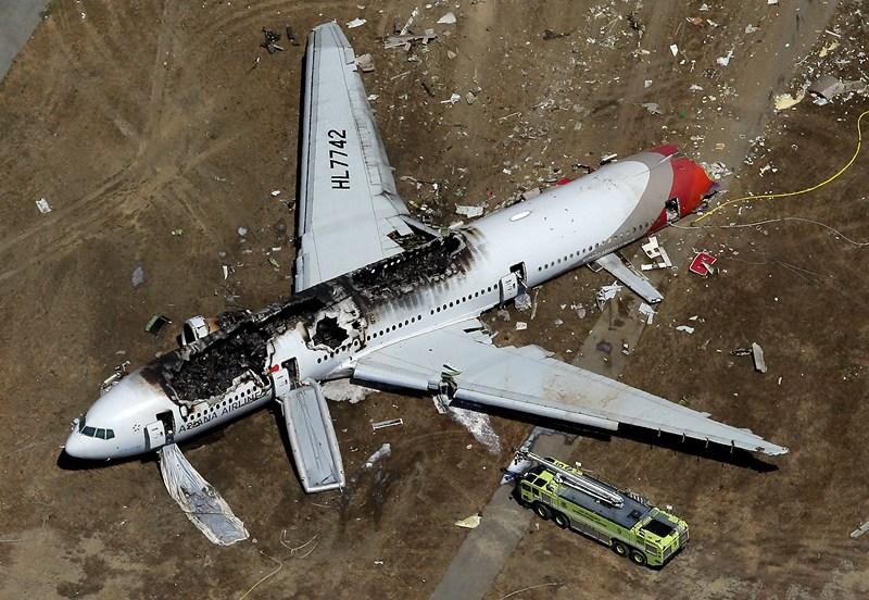 Сан-Франциско, США, 6 июля. «Боинг 777» компании «Asiana Airlines» разбился при заходе на посадку. Погибли 2 человека и 181 получили ранения. Фото: Ezra Shaw/Getty Images