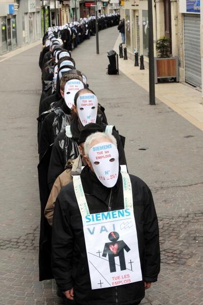 Около 300 человек, большинство из них служащие немецкой индустриальной фирмы Siemens, проводят демонстрацию против запланированного сокращения на заводе в Saint Chamond Siemens 4 февраля 2010 года, центр Франции. Фото: PHILIPPE MERLE / AFP / Getty Images