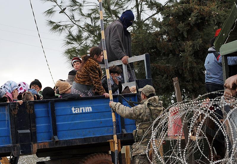 Сирийские беженцы прибывают на грузовике на границу между Сирией и Турцией в районы Рейханлы и Антакья 15 марта 2012 года. Фото: BULENT KILIC/AFP/Getty Images