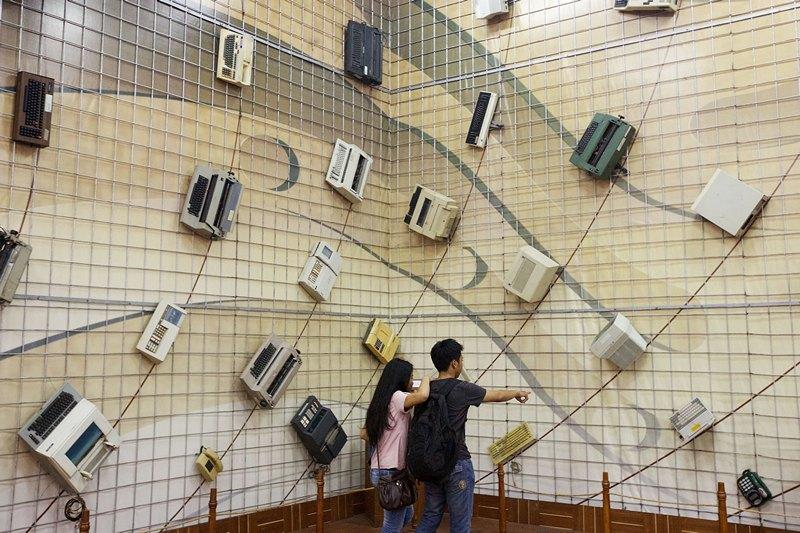 Джакарта, Индонезия, 16 июня. Туристы рассматривают экспозицию старой офисной техники в музее банка Мандири. Фото: Ed Wray/Getty Images