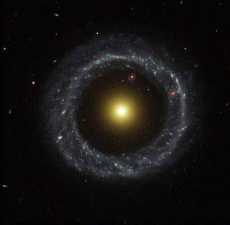 5 сентября 2002 г. Кольцо из молодых голубых горячих звезд опоясывает желтое ядро этой кольцевидной галактики, которая именуется Объектом Хога, и по величине несколько превышает нашу Галактику. Фото: NASA and The Hubble Heritage Team (STScI/AURA)