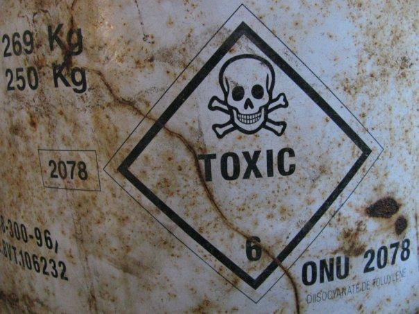 Надпись «Токсично» на банке с кислотой в ртутном цехе завода «Радикал». Фото: Алексей Батченко/oleksiy-b.livejournal.com