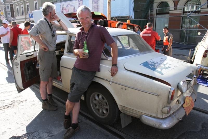 Участники Международного ралли «Пекин - Париж» 20 июня на Почтовой площади в Киеве. Фото: Велика Епоха