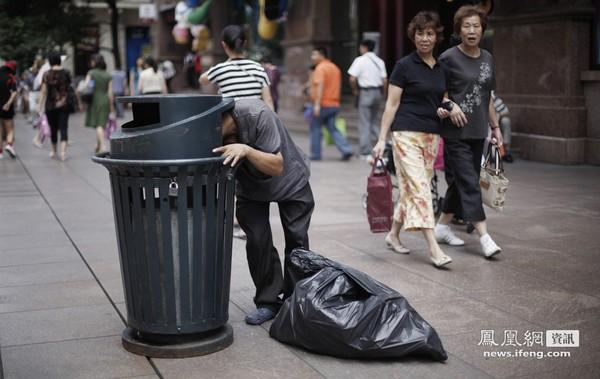 Нищий ищет еду и вещи. Шанхай. Сентябрь 2011 год. Фото: news.ifeng.com