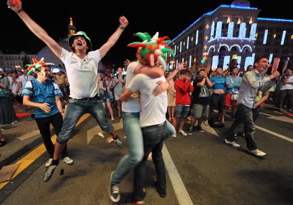 Радість уболівальників збірної Італії у фан-зоні в центрі Києва, 24червня 2012року. Фото: GENYA SAVILOV/AFP/Getty Images