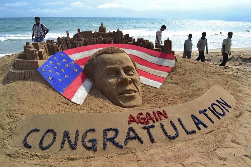 Пури, Индия, 7 ноября. Жители города вылепили из песка поздравление Бараку Обаме в связи с его переизбранием на пост президента США. Фото: STR/AFP/Getty Images