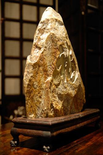 Декоративный камень на подставке (мрамор дерево). Середина 18 ст. Внимательное отношение к природным материалам вызвало появление украшений, сделанных из камней, которые своими формами и рисунком напоминали прославленные горы. Распрастраненная традиция си