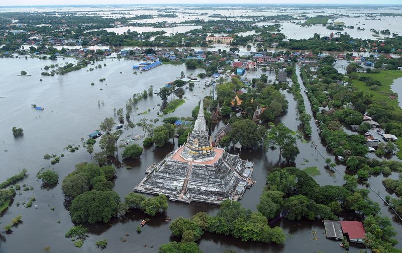 Наводнение в Таиланде. Древний храмовый комплекс в провинции Аюттхая. Фото: CHRISTOPHE ARCHAMBAULT/AFP/Getty Images