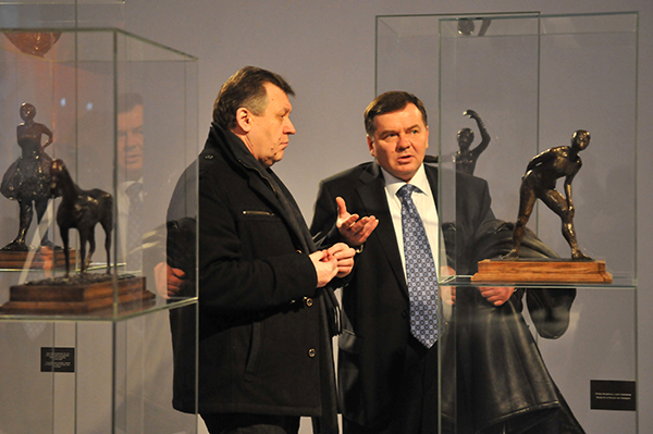 Мужчины рассматривают скульптуру Эдгара Дега на Большом скульптурном салоне в Киеве 17 февраля 2011 года. Фото: Владимир Бородин/The Epoch Times Украина