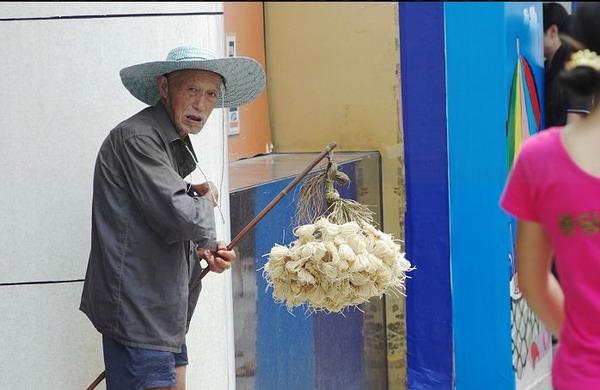 Фото старика, продающего фитили для ламп, сделанные раньше местными жителями. Фото с epochtimes.com