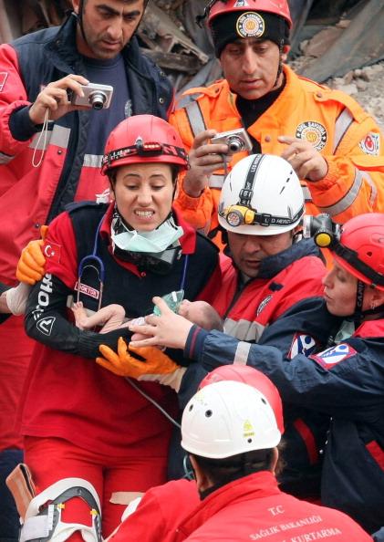 Турецькі рятувальники тримають двотижневу дівчинку Азру Карадуман, яку дістали з-під уламків будівлі, що обрушилося в результаті землетрусу. Еріш, 25 жовтня 2011 року. Фото: Adem Altan/Getty Images