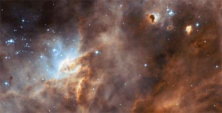 1 июля 2004 г. «Хаббл» сделал снимок образования соседней галактики. На нем можно видеть светящийся газ, тусклое облако пыли и молодую горячую звезду. Фото: NASA, ESA, The Hubble Heritage Team (AURA/STScI), and HEIC