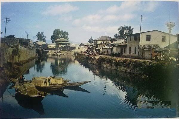Річка біля міських воріт. Місто Куньмін провінції Юньнань в 1945 році