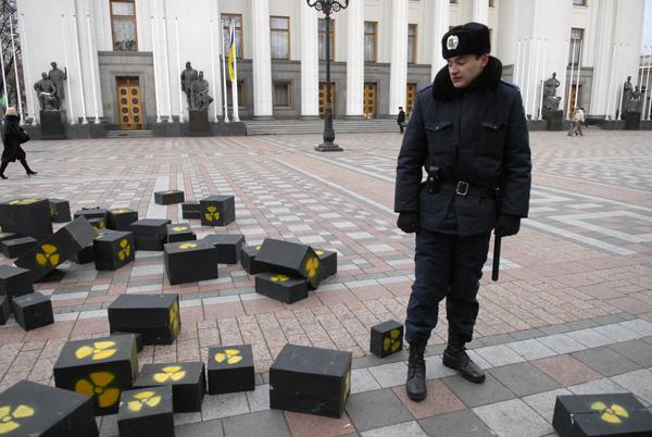 Ящики с изображением радиации забросили на территорию ВРУ во время акции протеста против строительства хранилища ядерных отходов 17 декабря . Фото: Владимир Бороди/The Epoch Times