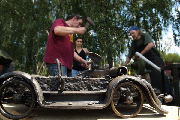 Кованная машина на дне кузнеца в Пирогово. Фото: Владимир Бородин/The Epoch Times