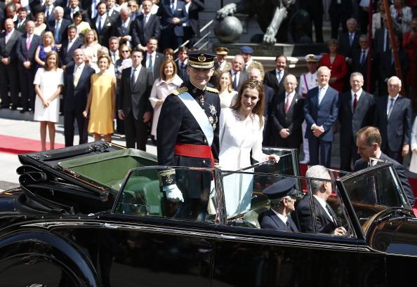 Испанцы приветствуют нового короля Фелипе VI и его жену королеву Летицию. Фото: Andreas Rentz/Getty Images
