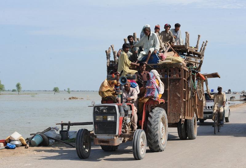 Джафарабад, Пакистан, 12 сентября. Жители эвакуируются из затопленной тропическими дождями местности. Фото: BANARAS KHAN/AFP/GettyImages