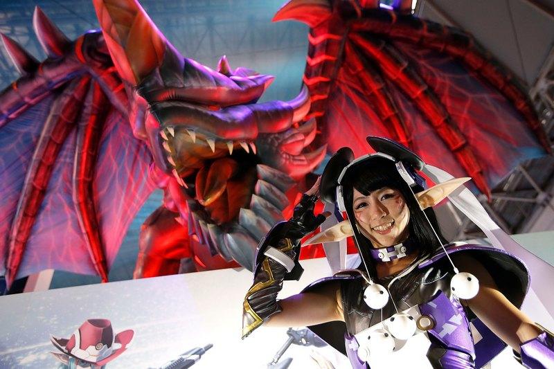 Тиба, Япония, 20 сентября. Модель в костюме героя компьютерной игры «Phantasy Star Online 2» позирует на открытии Фестиваля компьютерных игр. Фото: Kiyoshi Ota/Getty Images