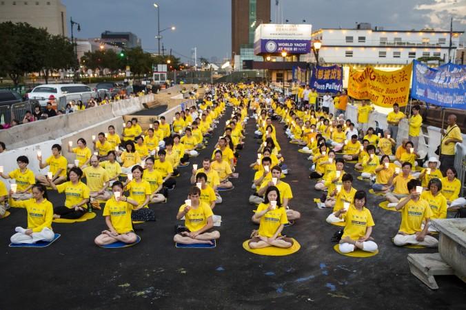 Нью-Йорк, США. День памяти погибших от репрессий практикующих Фалунь Дафа. Фото: Великая Эпоха
