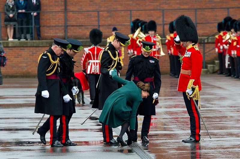 Олдершот, Великобритания, 17 марта. Супруга принца Уильяма, Кэтрин, вытаскивает застрявший в решётке дороги каблук во время посещения казарм на праздновании дня святого Патрика. Фото: Ben Pruchnie/Getty Images