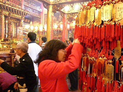 Подвески с молитвой о счастье в храме г.Биндун в Тайване. Фото: Центральное агентство новостей