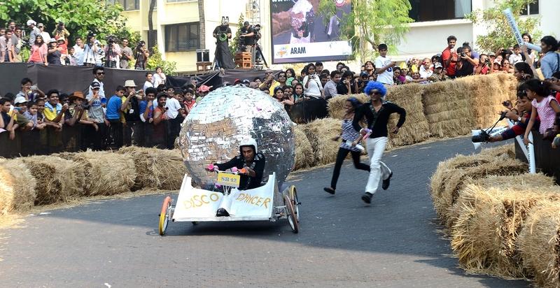 Мумбаи, Индия, 2 декабря. В городе прошли первые всеиндийские соревнования на безмоторных гоночных автомобилях. Фото: INDRANIL MUKHERJEE/AFP/Getty Images