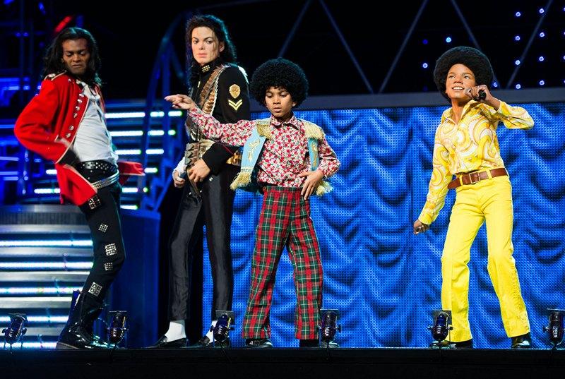 Лондон, Англія, 24 червня. Учасники кліпу «Thriller Live!» позують біля воскових фігур Майкла Джексона в музеї мадам Тюссо. Фото: Ian Gavan/Getty Images