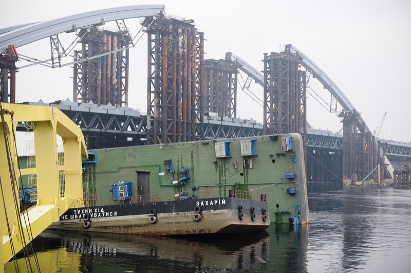 Будівельний кран впав у Києві на будівництві мосту. Фото: Володимир Бородін / The Epoch Times Україна