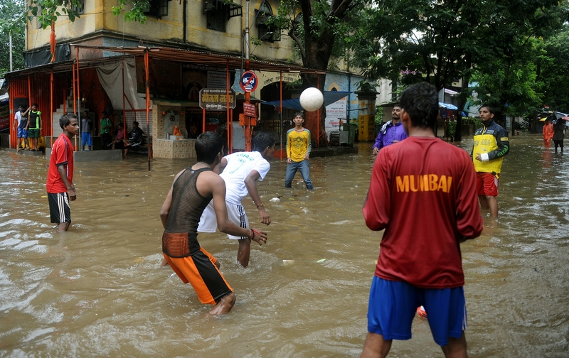 Мумбай, Индия, 27 августа. Подростки играют в футбол на затопленной тропическими дождями улице. Фото: PUNIT PARANJPE/AFP/GettyImages
