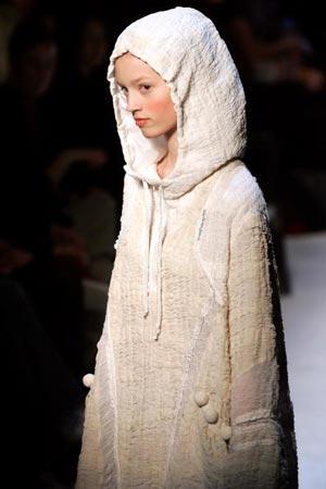 Красиві дівчата ходять по подіуму демонструючи колекцію модельєра Цсуморі Чисато (Tsumori Chisato) Осінь /Зима 2006 - 07. фото: FRANCOIS GUILLOT/AFP/Getty Images