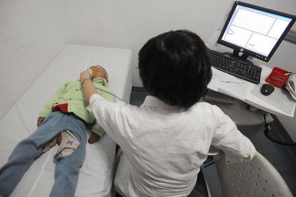 Діти хворі на HFMD проходять лікування в лікарні м. Фуянь. Фото з aboluowang.com