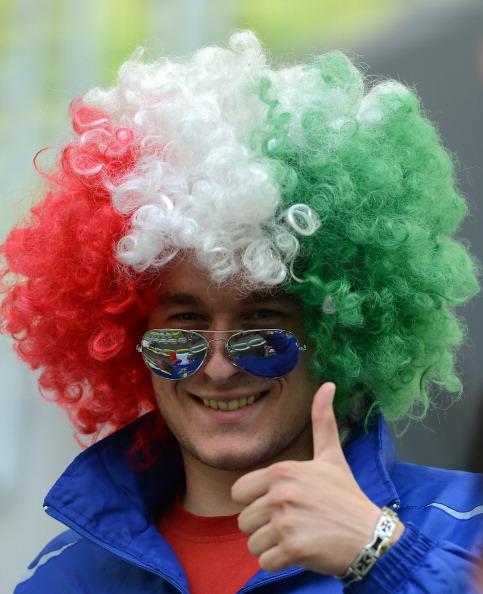 Італійський фан показує пальцем вгору перед початком матчу Іспанії проти Італії 10 червня 2012 року у Гданську. Фото: Christof Stache/AFP/GettyImages