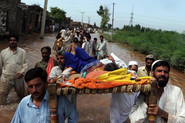 Наводнения в Пакистане приносят новые жертвы. Фоторепортаж. Фото: Daniel Berehulak/A Majeed/RIZWAN TABASSUM/BEHROUZ MEHRI/STRDELARIF ALI /SAJJAD QAYYUM//RIZWAN TABASSUM/AFP/Getty Images