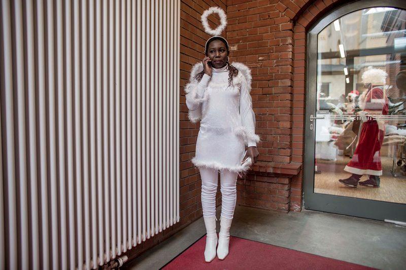 Берлін, Німеччина, 1грудня. У кафетеріях міста проходять щорічні зустрічі студентів-волонтерів, що виконують на Різдво ролі Санта Клаусів і ангелів. На фото — студентка в костюмі ангела. Фото: Carsten Koall/Getty Images
