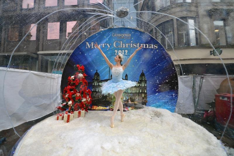 Глазго, Шотландия, 20 ноября. Балерина Клэр Робертсон в костюме снежинки позирует на огромном снежном шаре, приглашая жителей посмотреть рождественское представление по мотивам сказки «Щелкунчик». Фото: Jeff J Mitchell/Getty Images