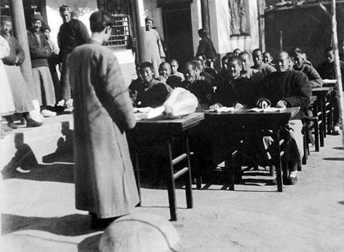 Уроки под открытым небом для людей любых возрастов. 1931 год. Фото с aboluowang.com