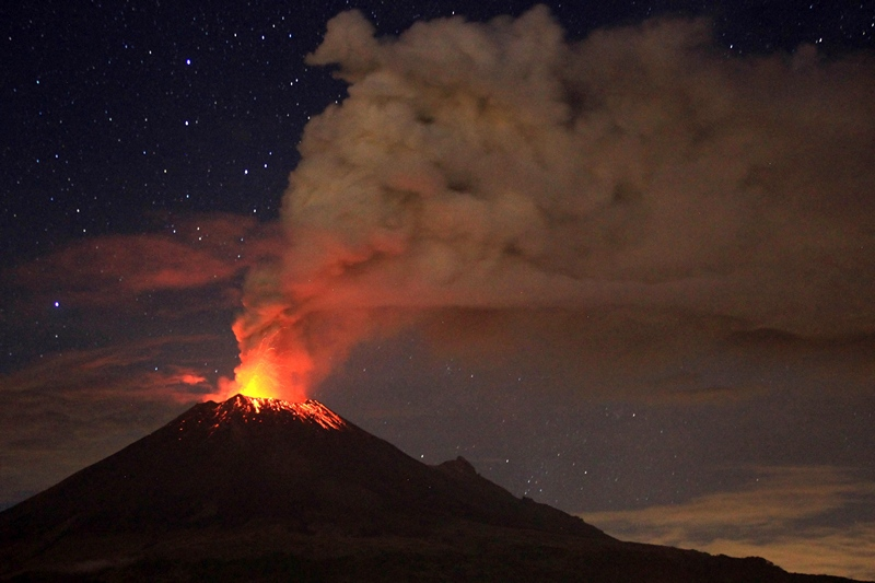 Мексика, 4 июля. Усилившееся извержение вулкана Попокатепетль, расположенного в 55 км от Мехико, вынудило власти столицы начать подготовку к возможной эвакуации населения. Фото: Pablo Spencer/AFP/Getty Images