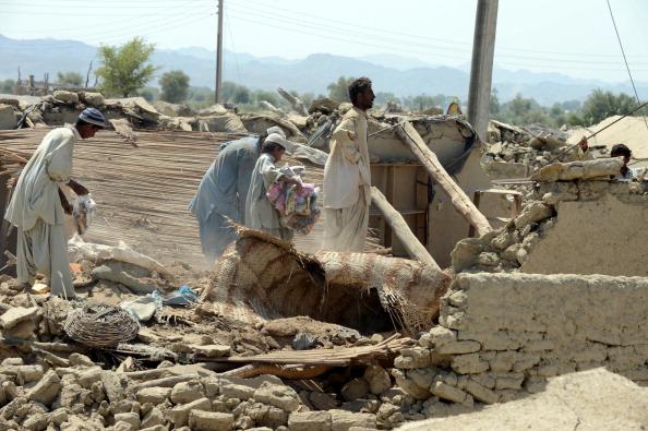 Мощное землетрясение в Пакистане превратило дома местных жителей в руины. Фото: BANARAS KHAN/AFP/Getty Images