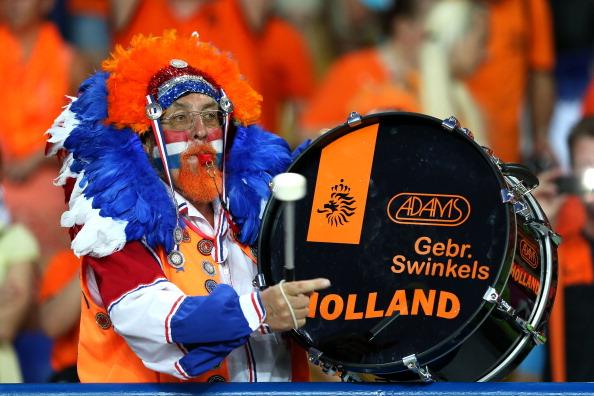 Харьков — 13 июня: голландский болельщик с огромным барабаном поддерживает свою сборную в матче против Германии. Фото: Julian Finney/Getty Images