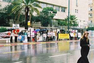 Тель-Авів, Ізраїль: Співробітники ВЕ стоять з плакатами напроти китайського Посольства. На плакатах написано «Китай – не КПК», «Світ повинен знати про вбивства КПК», *Підтримуємо більше 7 мільйонів тих, хто вийшли з КПК». Фото: Тіква Махабад/Велика Епоха