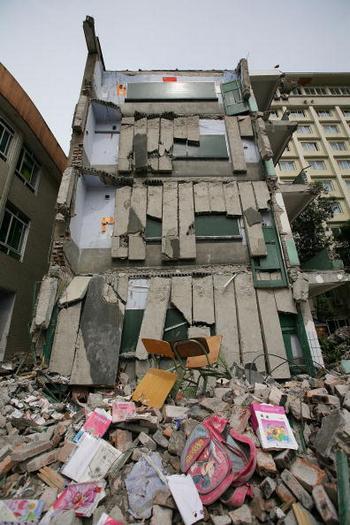 Будівля школи, що завалилася. Проте будинки навколо практично не постраждали. Фото: MN Chan/Getty Images