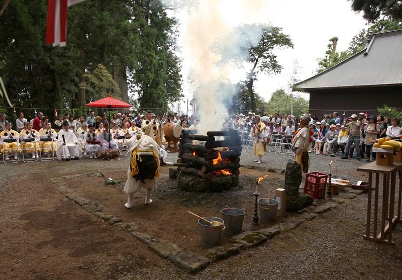 Фудзиномия, Япония, 1 июля. Буддийский монах Ямабуси совершает священный огненный ритуал во время официального открытия двухмесячного сезона восхождения на гору Фудзи. Фото: Buddhika Weerasinghe/Getty Images
