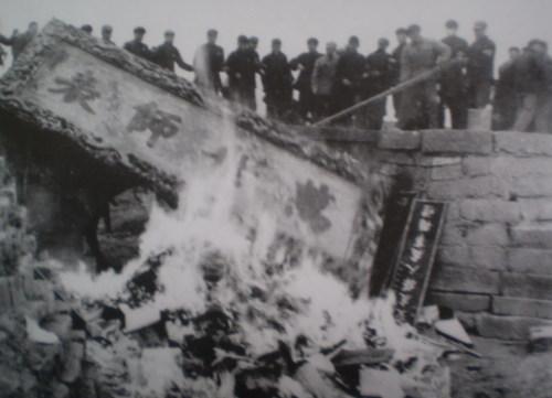 Дерев'яні таблички з храму Конфуція були спалені. Фото з aboluowang.com