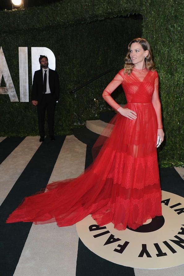 Хіларі Суонк у червоній сукні від Valentino. Фото: Pascal Le Segretain/Getty Images