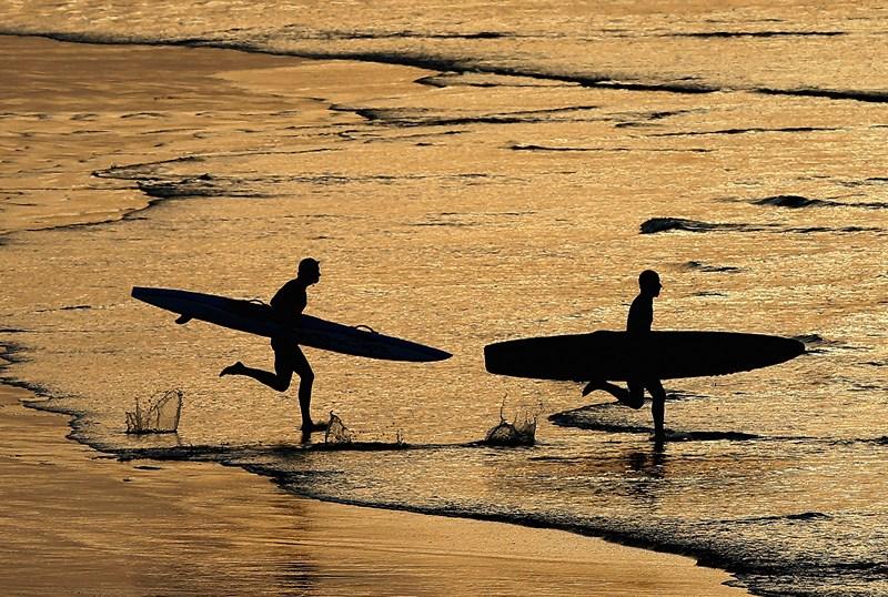 Енглсея, Австралія, 10 березня. Учасники чемпіонату серферів-рятувальників біжать по пляжу. Фото: Quinn Rooney/Getty Images