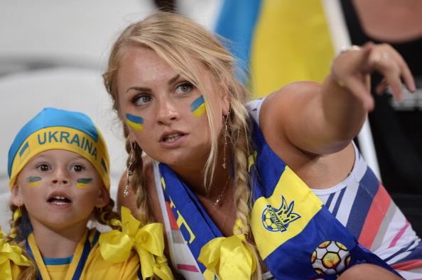 Українські вболівальники чекають початку футбольного матчу між Англією і Україною 19червня 2012року у Донецьку. Фото: CARL DE SOUZA/AFP/Getty Images